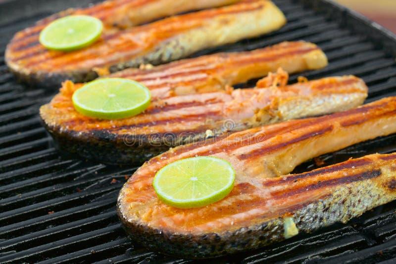 El prendedero de color salmón fresco con la cal cocinó en una parrilla imágenes de archivo libres de regalías