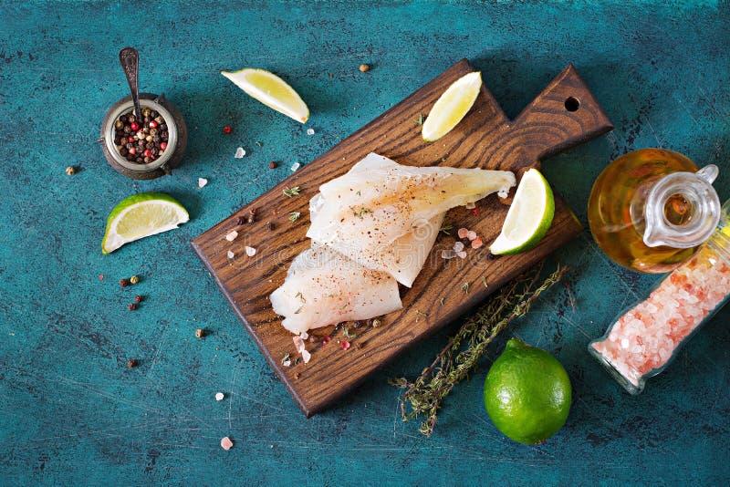 El prendedero de los pescados blancos en un tablero de madera se preparó para cocinar fotos de archivo libres de regalías