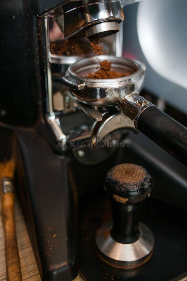 El preparar de colada molido de la bebida del tenedor del polvo del café fotografía de archivo libre de regalías