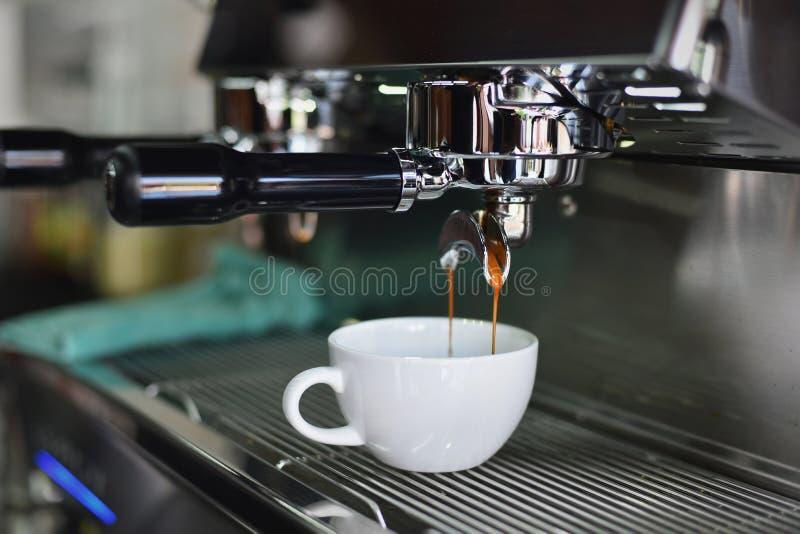 El preparar profesional del café foto de archivo libre de regalías