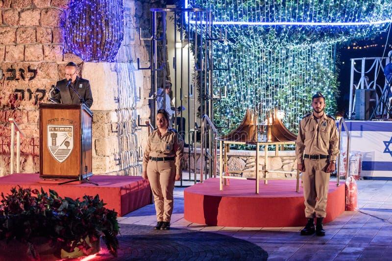 El presentador pronunciar un discurso en una ceremonia conmemorativa en el sitio conmemorativo al caido en guerras del ` s de Isr fotos de archivo