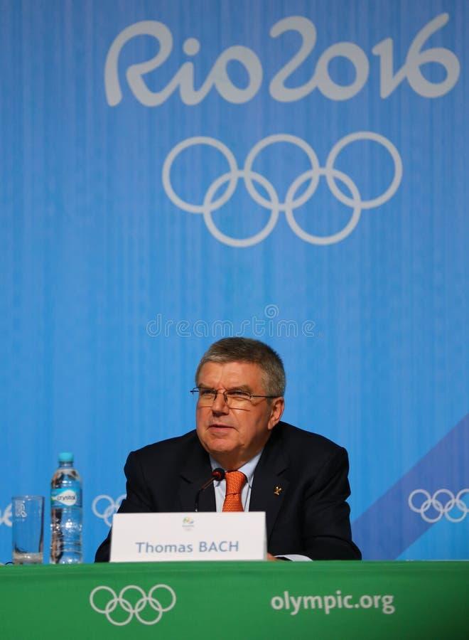 El presidente del comité olímpico internacional Thomas Bach durante rueda de prensa en Río 2016 Juegos Olímpicos presiona el cent foto de archivo
