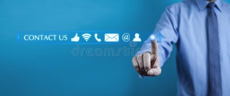 El presionar del hombre nos entra en contacto con los botones concepto de la atención al cliente imagen de archivo