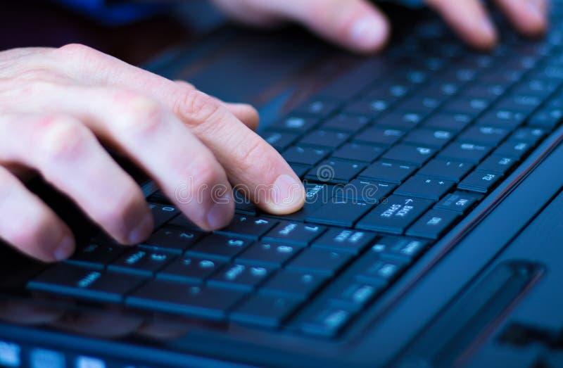 El presionar entra en un teclado del ordenador portátil fotos de archivo