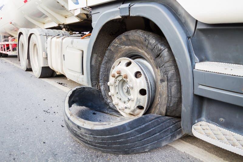 El primer dañó 18 neumáticos de la explosión del camión del policía motorizado semi por el str de la carretera fotos de archivo