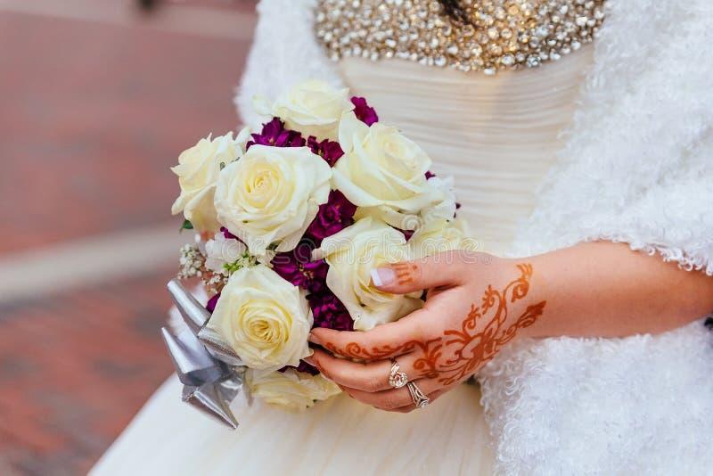 el primer da pares nupciales con los anillos de bodas en fondo de la naturaleza imágenes de archivo libres de regalías