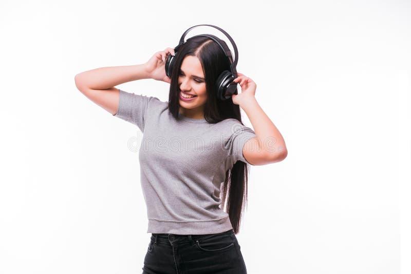 El primer de la muchacha caucásica morena feliz escucha baile la música con los auriculares fotografía de archivo libre de regalías