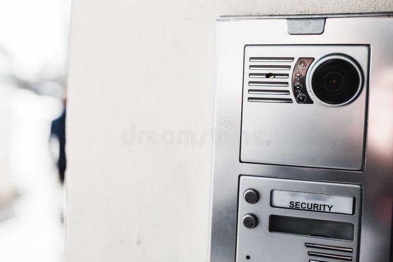 El primer de la seguridad de la entrada tiró de un intercomunicador en una nueva puerta constructiva moderna Concepto de propieda fotos de archivo libres de regalías