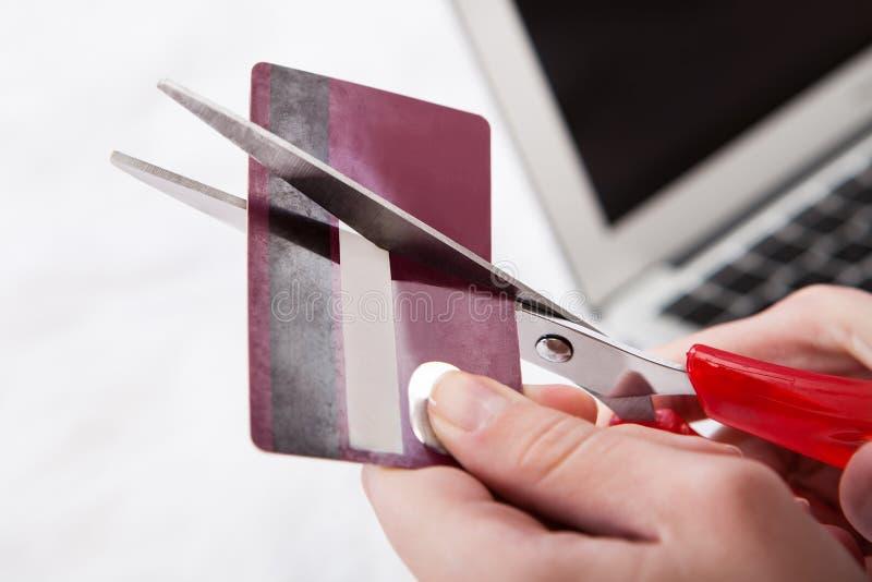 Primer de la tarjeta de crédito del corte de la mano imágenes de archivo libres de regalías