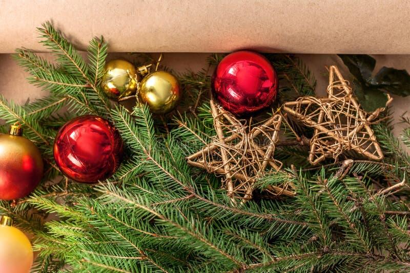El primer de las decoraciones del árbol de navidad, se prepara para el fondo de las vacaciones de invierno imagen de archivo libre de regalías