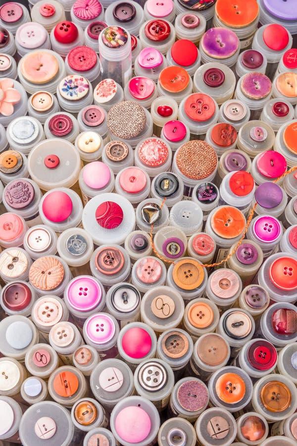 El primer de los carretes coloridos del hilado en las ventas se coloca de un mercado de pulgas imágenes de archivo libres de regalías