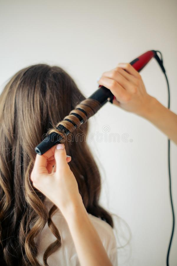 El primer de manos femeninas del peluquero o del coiffeur hace el peinado imagenes de archivo