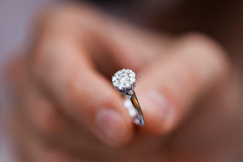 El primer de un anillo en a sirve la mano hombre joven que da el anillo de compromiso a su novia Hombre que hace propuesta de mat fotos de archivo libres de regalías