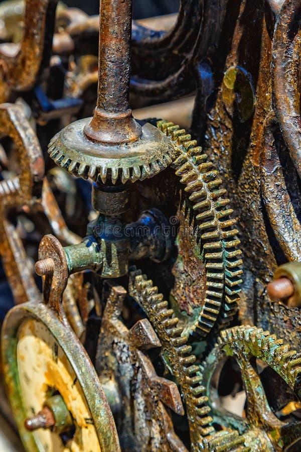 El primer de un reloj antiguo adapta el mecanismo del metal imágenes de archivo libres de regalías