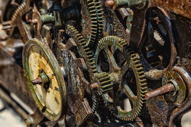 El primer de un reloj antiguo adapta el mecanismo del metal fotografía de archivo libre de regalías