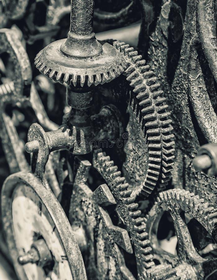El primer de un reloj antiguo adapta el mecanismo del metal fotos de archivo libres de regalías