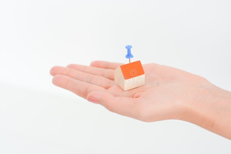 El primer de woman's da sostener una casa del pequeño modelo imágenes de archivo libres de regalías