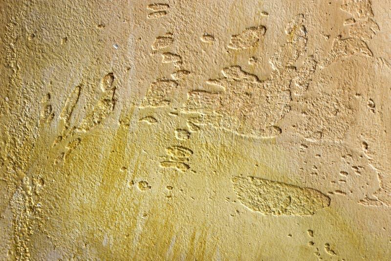 El primer del bronce de oro colorido enyesó la pared desigual del estuco Textura abstracta, fondo caótico del espacio de la copia imagen de archivo