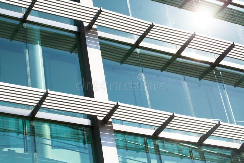 El primer del edificio de cristal con las ventanas reflejó al cielo foto de archivo libre de regalías