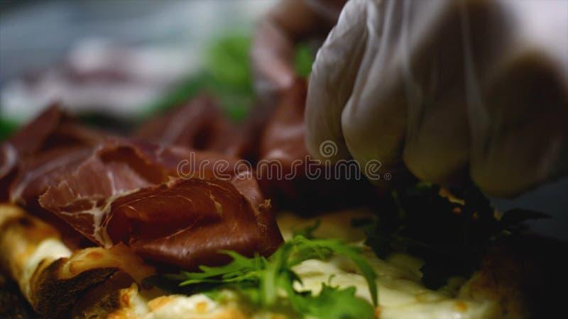 El primer del hombre toma la rebanada de pizza deliciosa con queso Cap?tulo El hombre toma el pedazo de pizza italiana y tira de  imagen de archivo libre de regalías