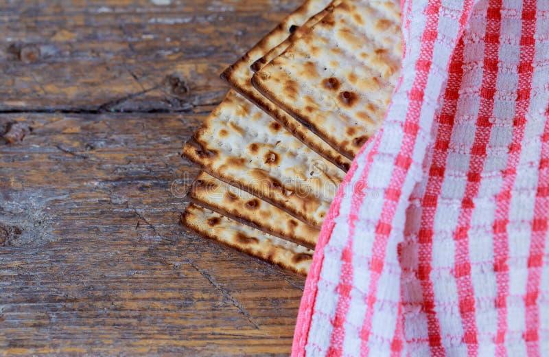 El primer del Matzah en la tabla de madera que es el pan ácimo sirvió foto de archivo