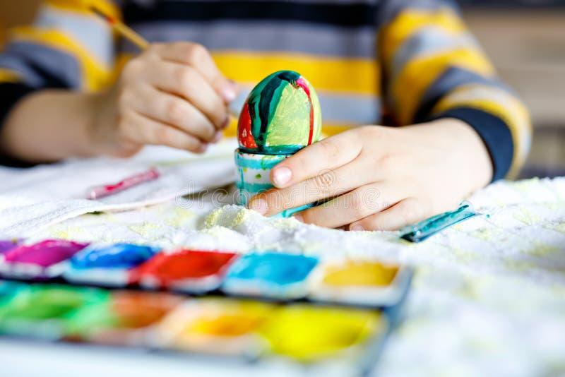 El primer del niño da los huevos del colorante para el día de fiesta de Pascua fotos de archivo