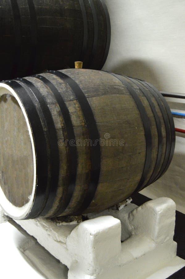 El primer del roble oscuro barrels para el almacenamiento del vino fotografía de archivo libre de regalías
