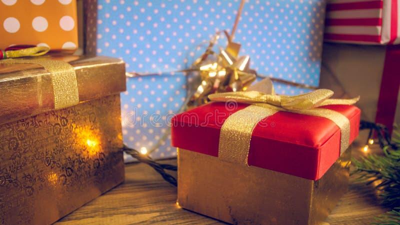 El primer entonó la foto de porciones de regalo de la Navidad en papel y cajas brillantes coloridos de embalaje imagen de archivo