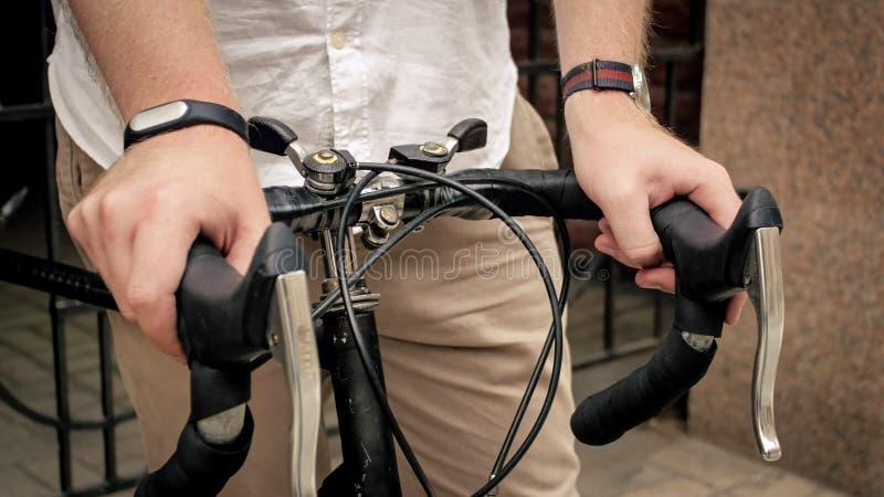 El primer entonó la foto del hombre que llevaba a cabo las manos en la bicicleta retra foto de archivo