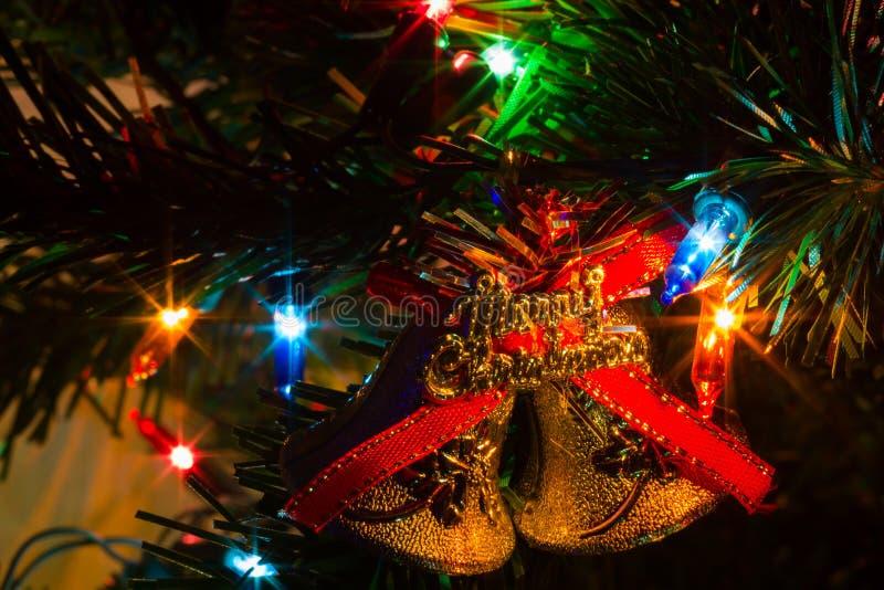 El primer extremo adornó el árbol de navidad en casa con las luces, vagos ilustración del vector