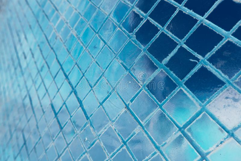 El primer hermoso texturiza las tejas y oro abstracto y fondo colorido y arte de la pared de cristal libre illustration
