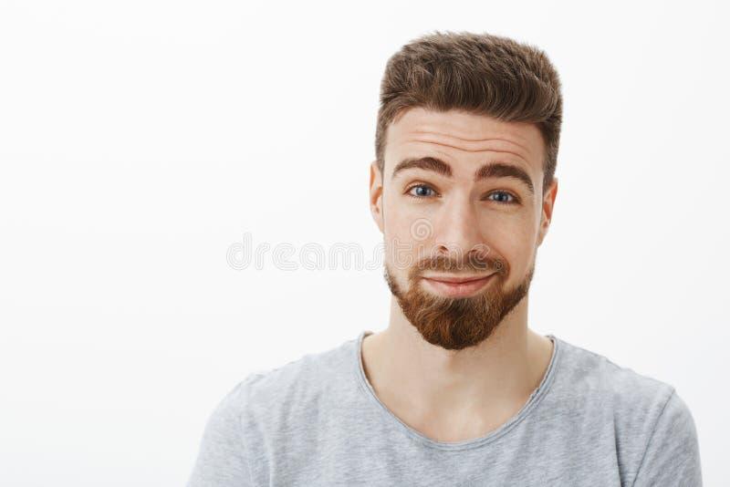 El primer tiró de encantar al hombre barbudo feliz bueno y carismático con el bigote que aumentaba las cejas y smirking con fotografía de archivo libre de regalías