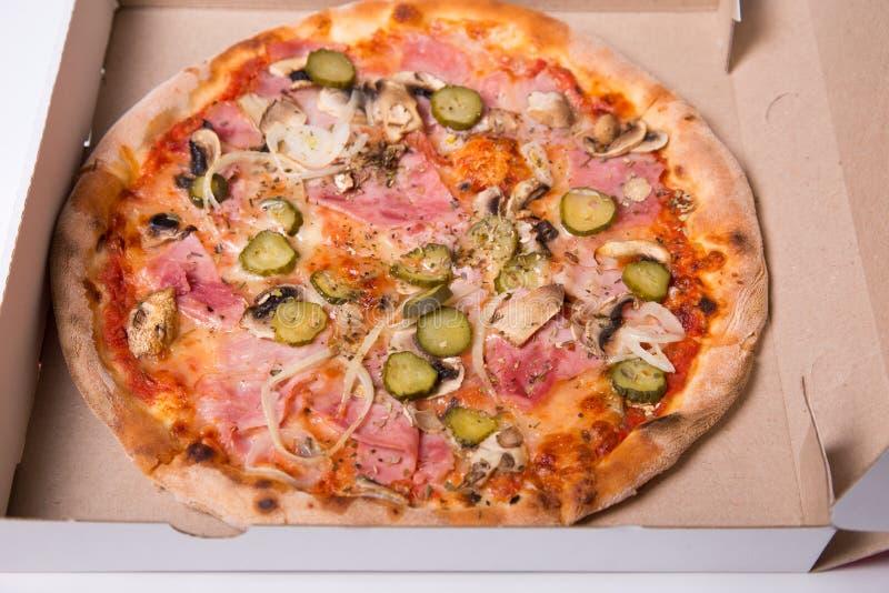 El primer tiró de la pizza italiana sabrosa con el jamón, y la cebolla fotos de archivo libres de regalías