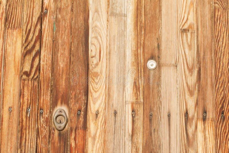 El primer tiró de puerta de madera del vintage con el ojo de la cerradura del metal foto de archivo libre de regalías
