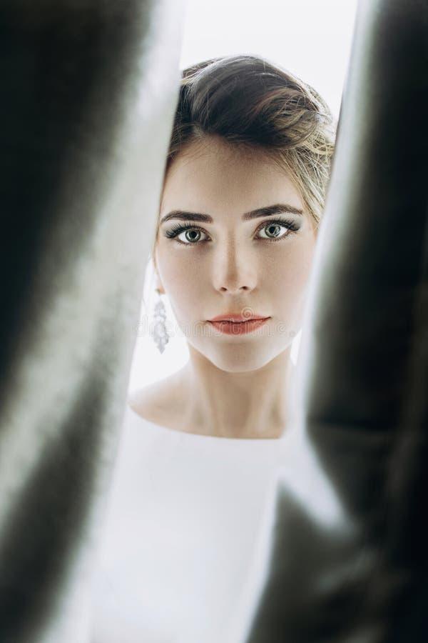 El primer tiró de una novia elegante, morena en dres del blanco del vintage imagenes de archivo