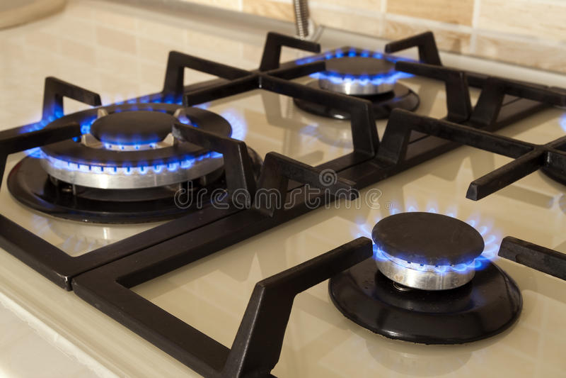 El primer tiró del fuego azul de la estufa de cocina nacional Cooke del gas fotografía de archivo libre de regalías