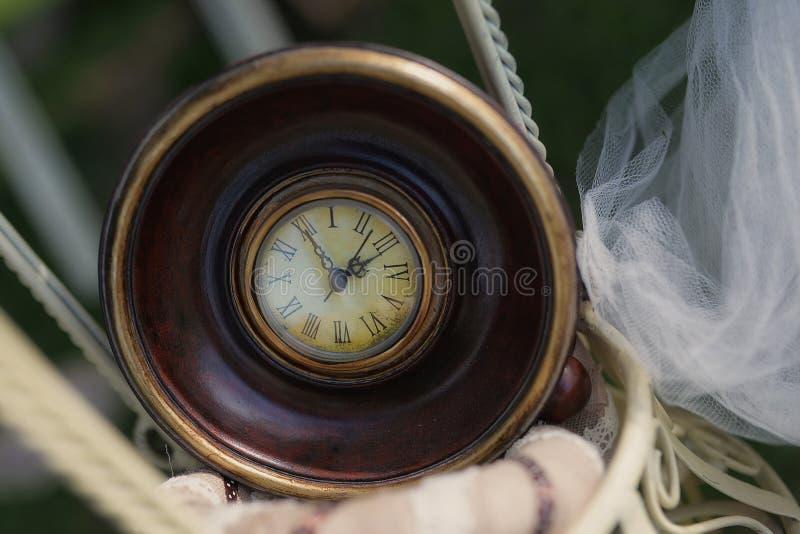 El primer tiró del viejo estilo, reloj del vintage con el marco grueso, de madera foto de archivo