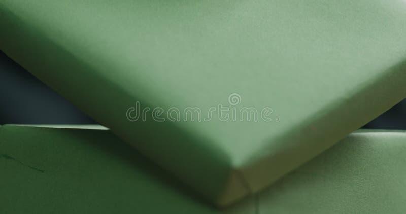 El primer tirado de manos femeninas jovenes abre la caja de regalo del Libro Verde fotos de archivo libres de regalías