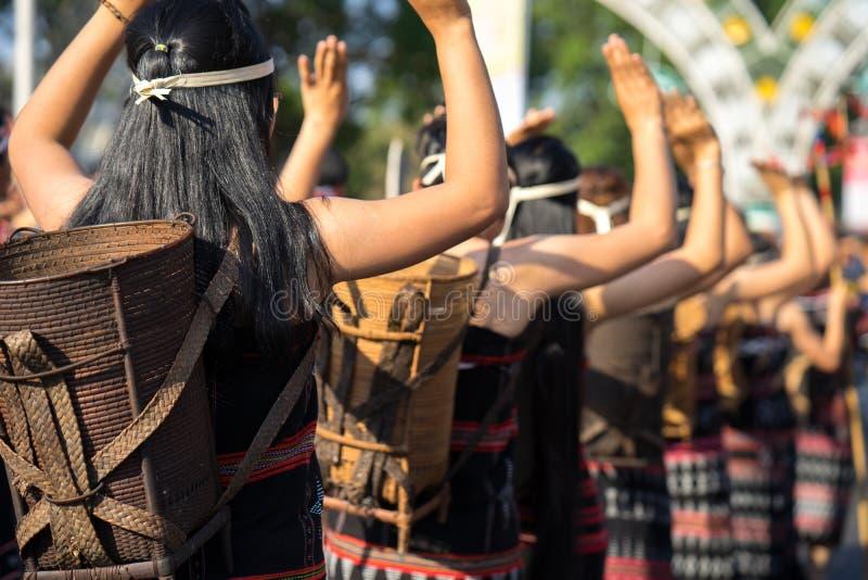 El primer vietnamita de la gente de la minoría étnica lleva los trajes tradicionales que realizan una danza tradicional en un eve fotografía de archivo