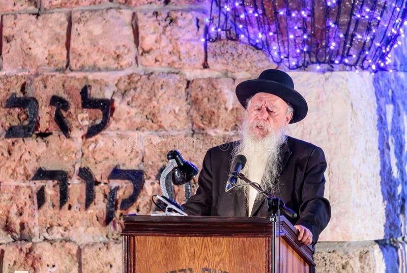El principal rabino de la ciudad habla en honor de los que caído en la ceremonia en el sitio conmemorativo al caido en el ` s de  fotos de archivo libres de regalías