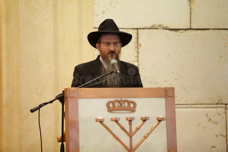 El principal rabino del apestado de Rusia Berel lee rezo foto de archivo