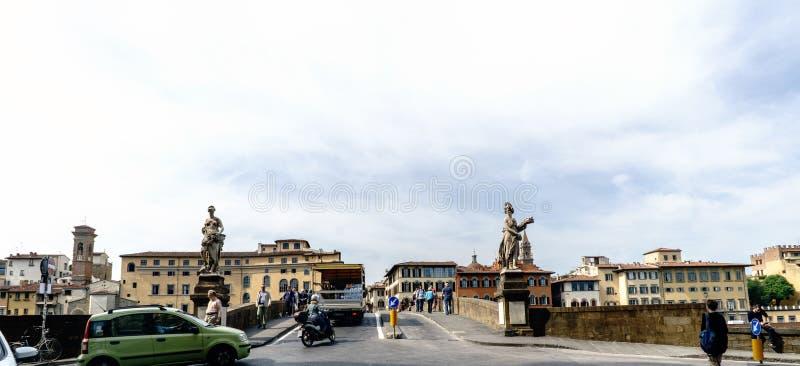 El principio del puente sobre el río Arno llamó el ` de Santa Trinita del ` imágenes de archivo libres de regalías