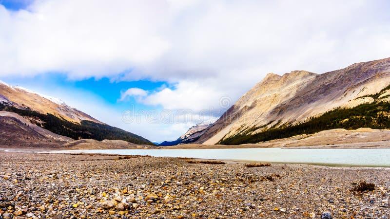 El principio del río de Athabasca cerca de su origen en el glaciar de Athabasca imágenes de archivo libres de regalías