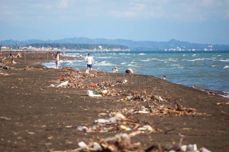 El problema de la contaminación y ecología de la orilla de mar y del océano foto de archivo