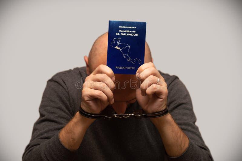 El problema de la inmigración ilegal de refugiados de El Salvador, un inmigrante de El Salvador esposado Cruce de frontera ilegal imagenes de archivo
