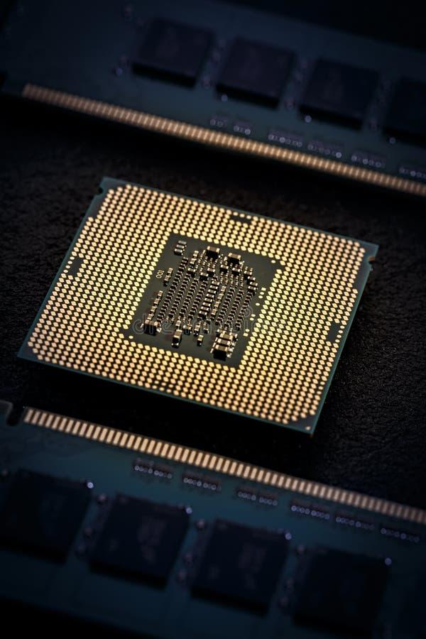 El procesador del ordenador central con los módulos de la memoria foto de archivo