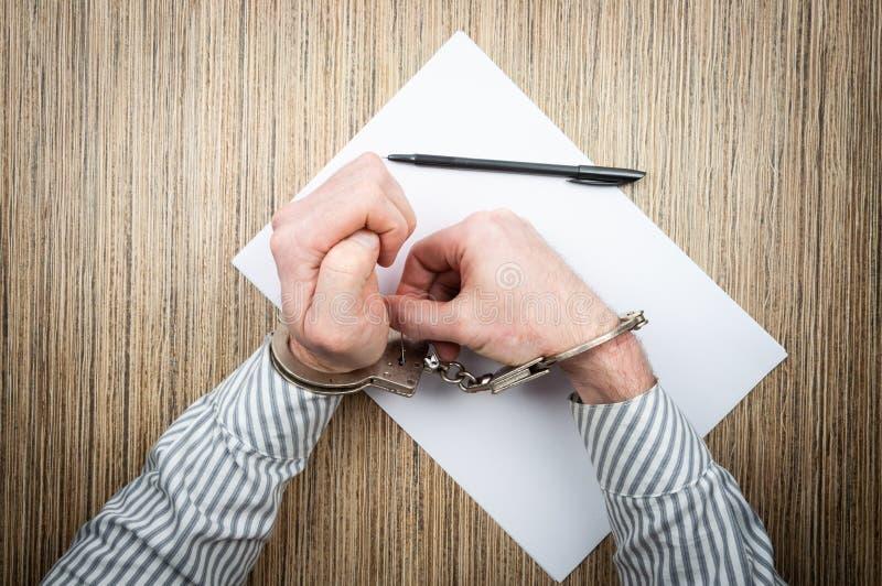 El proceso de abrir las esposas con el perno Tentativa del concepto de escaparse de policía imagen de archivo libre de regalías