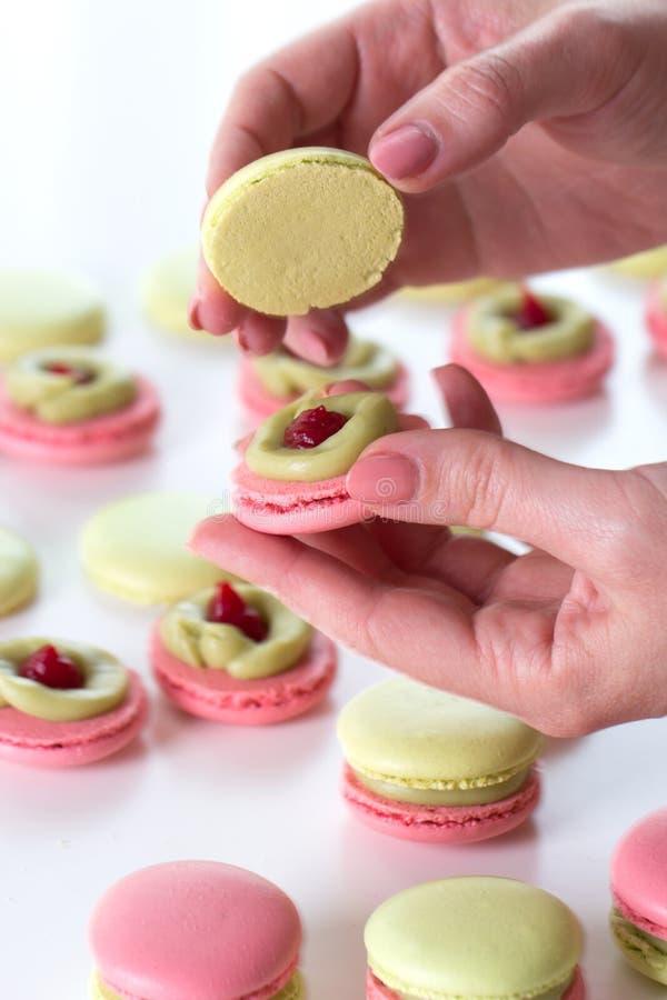 el proceso de cocinar los macarrones Un macaroo dulce francés de la delicadeza fotos de archivo libres de regalías