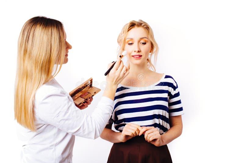 El proceso de crear maquillaje fotos de archivo libres de regalías