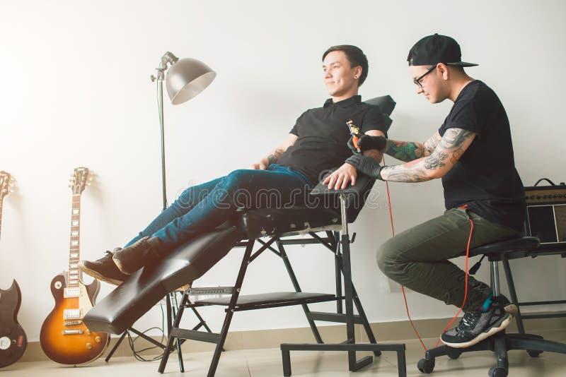El proceso de crear un tatuaje fotos de archivo